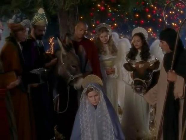 Фото №6 - Что посмотреть: лучшие новогодние и рождественские эпизоды любимых сериалов