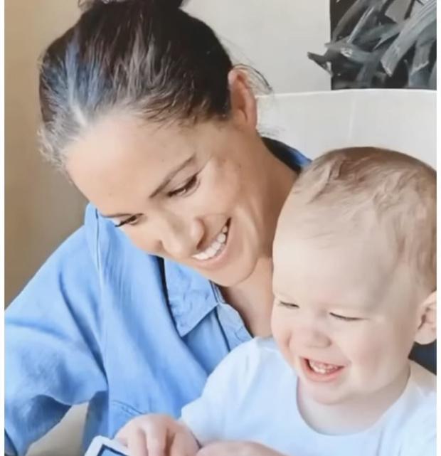 Фото №2 - Маленький принц: Меган Маркл поделилась трогательным фото своего сына Арчи в крошечных джинсах
