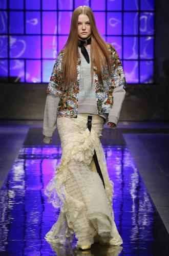 Фото №14 - Ищите женщину: женские образы на миланской неделе мужской моды