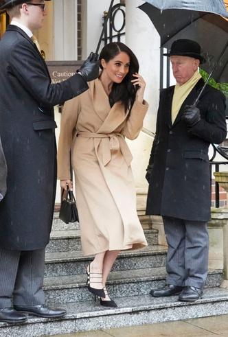 Фото №4 - Главная покупка сезона: где искать классическое бежевое пальто, как у Меган