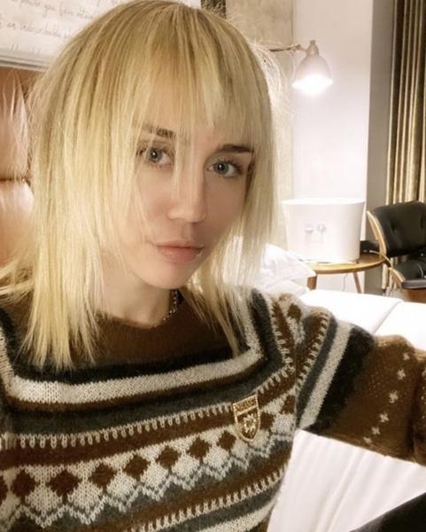 Фото №1 - Вместо парикмахера: мама Майли Сайрус подстригла певицу в ванной комнате