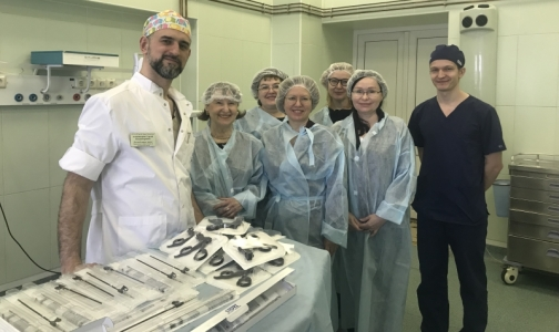 Фото №1 - Детской больнице святой Марии Магдалины подарили миниатюрные инструменты для операций младенцам