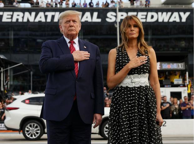Фото №3 - Как выглядеть стройнее на фото: лайфхаки Мелании Трамп