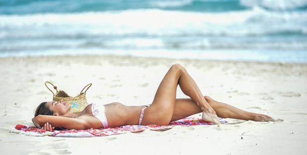 Когда соскучилась по лету: Алессандра Амбросио демонстрирует безупречную фигуру на пляже в Бразилии