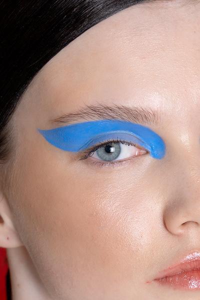 Фото №12 - Смелый макияж для супердевчонок: 3 идеи по мотивам «Капитана Марвел»