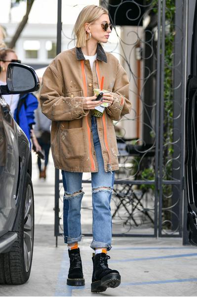 Фото №1 - Долой юбки: 6 стильных образов Хейли Бибер