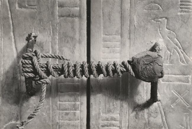 Фото №1 - История одной фотографии: Нетронутая печать на двери гробницы Тутанхамона, к которой никто не прикасался больше 3000 лет