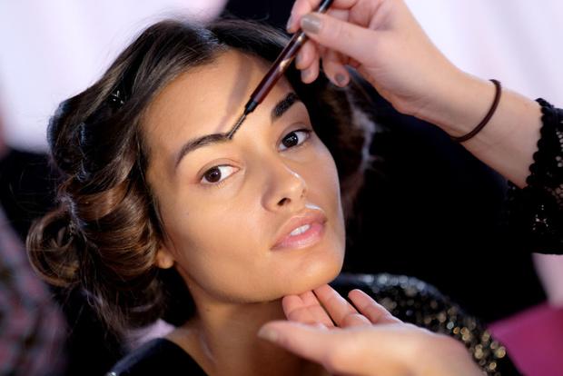 Фото №1 - Элементы макияжа, которые уже давно не в моде
