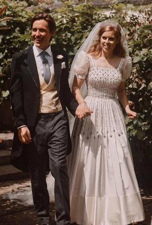 Фото №2 - Связь поколений: кто еще выходил замуж в тиаре принцессы Беатрис