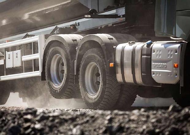 Фото №1 - Зачем грузовики поднимают задние колеса