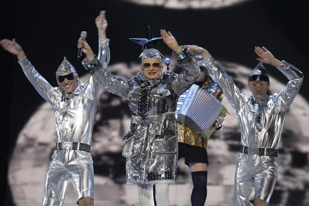 Фото №4 - Самые яркие (и странные) сценические наряды за всю историю Евровидения