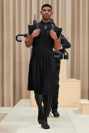 300x450 1 3fbf777beae8da16a73adcee0e455d90@900x1350 0xac120003 10317921461614010809 - Строгие мужские платья и деконструированные тренчи в коллекции Burberry Men's Fall 2021