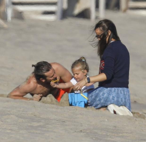 Фото №2 - Дружба или нечто большее? С кем из голливудских актрис проводит пляжные каникулы Брэдли Купер?