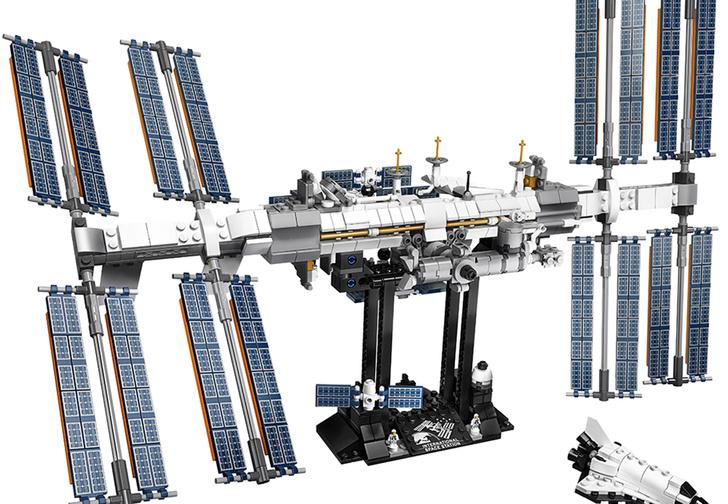 Фото №1 - Lego выпускает огромный конструктор в виде МКС, но в нем не нашли русских кораблей
