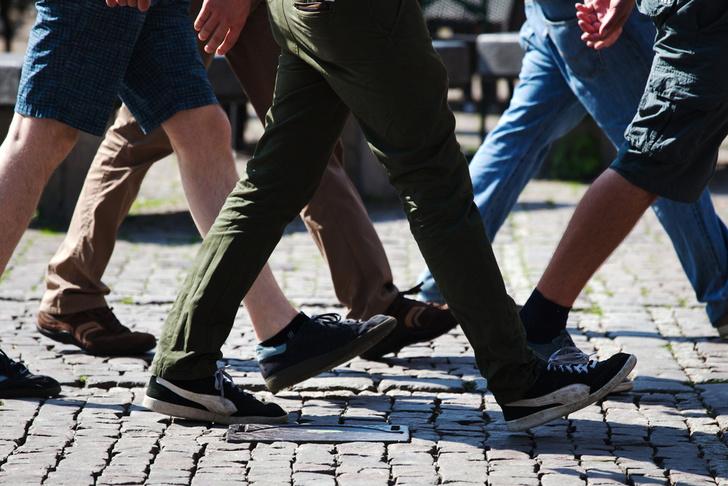 Фото №1 - В Японии научились определять возраст человека по походке