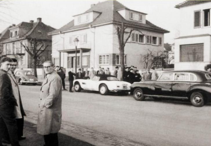 На этом редком фото видны все три автомобиля, на которых Элвис рассекал во время военной службы. Кроме уже упомянутых «Жука» и BMW, можно отразить и Mercedes-Benz W186 Adenauer— большой, солидный и основательный транспорт для выездов с личным шофером.