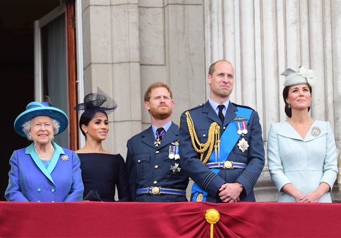 Фото №2 - Как Королева контролирует принца Гарри и герцогиню Меган