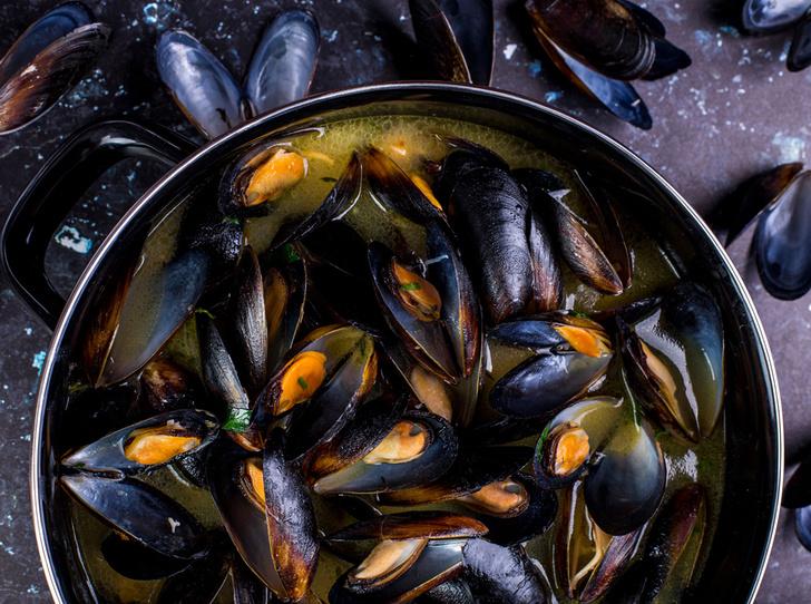 Фото №1 - Море зовет: мидии в томатном соусе и кальмар с чесноком