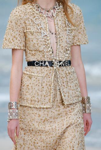 Фото №9 - Босиком по песку: грандиозное шоу Chanel SS 2019 на пляже
