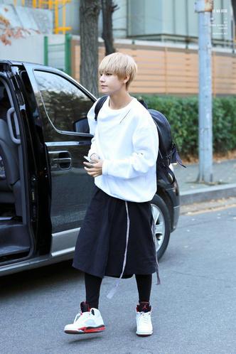 Фото №6 - Фанаты в восторге: Чимин из BTS надел юбку, забив на гендерные стереотипы 💜