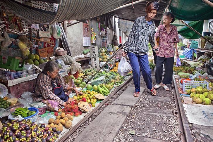 Фото №2 - Рынок в Таиланде, через который несколько раз в день проезжает поезд (фото и видео)