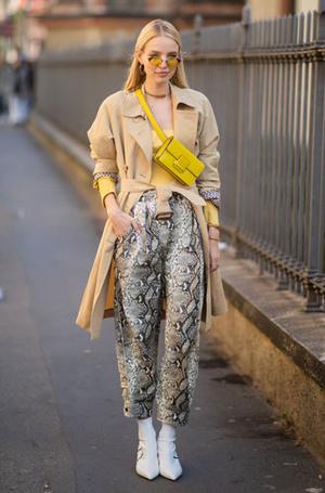 Фото №7 - Как носить бежевый тренч: 8 стильных и нескучных способов
