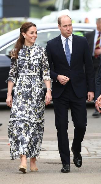 Фото №2 - Модный букет: как королевские особы носят цветочный принт