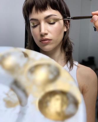 Фото №3 - Как носить золото на ногтях и глазах: показывает Урсула Корберо из «Бумажного дома»