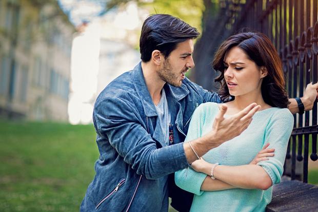 Как ведет себя женщина с низкой самооценкой в отношениях с любимым человеком