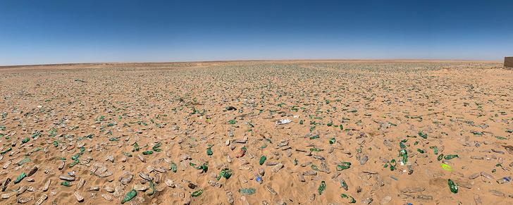 Фото №1 - История одной фотографии: миллионы бутылок в песках Судана
