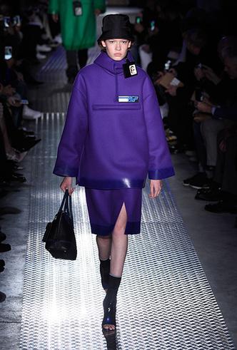 Фото №15 - Мех, нейлон и латекс: женщина-2018 глазами дизайнеров Недели мужской моды в Милане