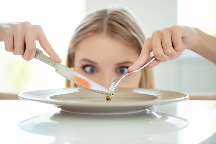 Фото №1 - Диеты, перекусы и еще 5 привычек, из-за которых вы легко набираете вес