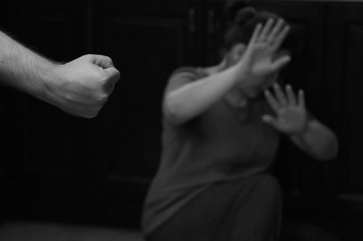 Фото №2 - «Привез меня в лес, разорвал на мне одежду и сказал, что так и оставит, пока дальнобойщики не найдут»: реальная история девушки, восемь лет прожившей с психопатом