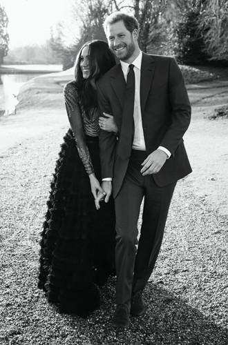 Фото №2 - 6 знаковых различий в помолвочных фото принцессы Евгении с Джеком и принца Гарри с Меган
