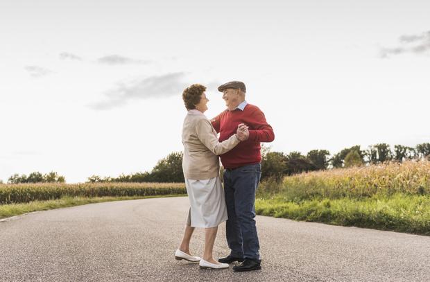 Фото №1 - Карантин разлучил старичка с женой на их 67-ю годовщину, но он нашел выход
