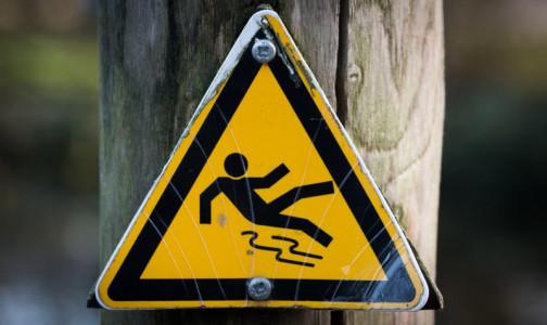 """Фото №1 - """"Сцепите зубы"""". Как правильно падать и держать равновесие на скользкой дороге, советует врач"""