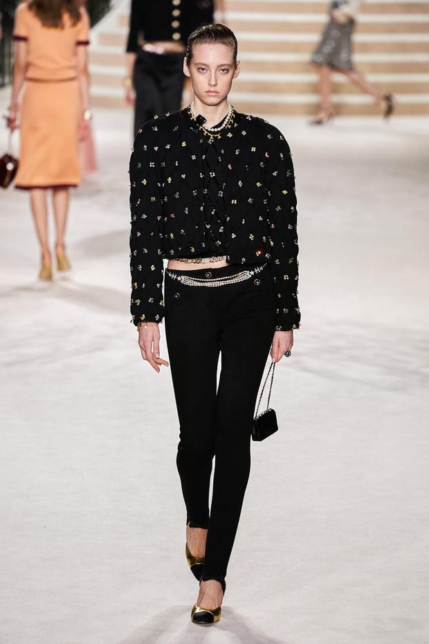 Фото №6 - Что на самом деле носят парижанки? Амбассадор Chanel, модная французкая актриса Альма Ходоровски комментирует любимые образы показа