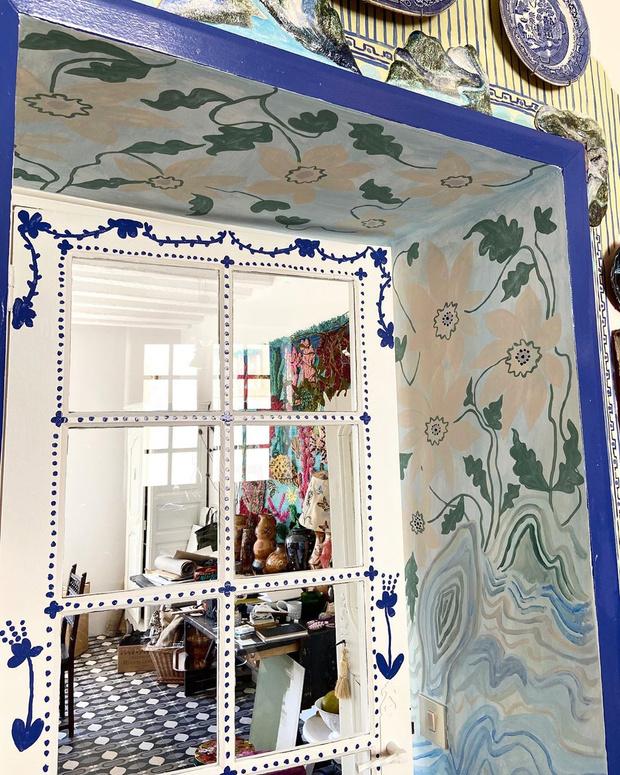 Фото №5 - Французская художница расписала свой дом цветами