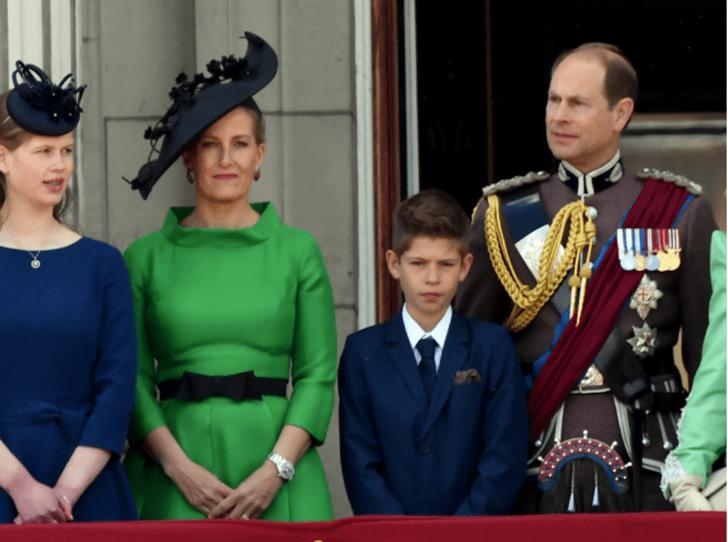 Фото №3 - Любимая внучка Ее Величества: как королева демонстрирует особое отношение к Луизе Виндзор