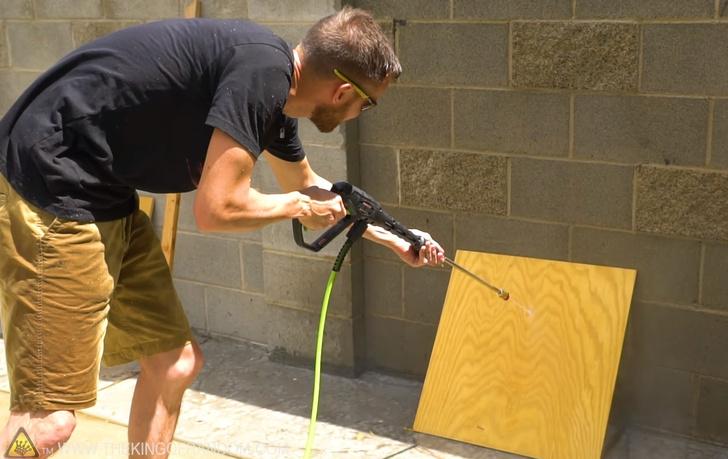 Фото №1 - Видеоэксперимент: можно ли струей из мойки высокого давления разрушить материалы, из которых строят дома?