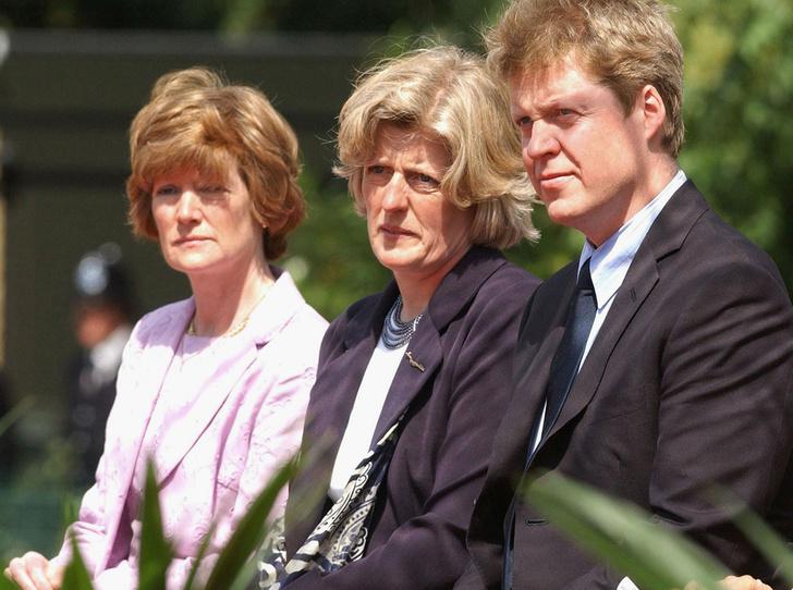 Фото №3 - Семейство Спенсеров получило «золотые билеты» на свадьбу Меган и Гарри