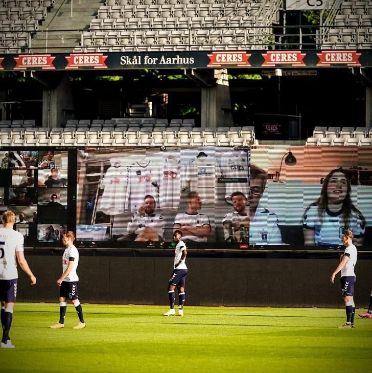 Фото №4 - На чемпионате Дании по футболу болельщиков выводили на трибуны по Zoom. И вот что видели игроки (фото)
