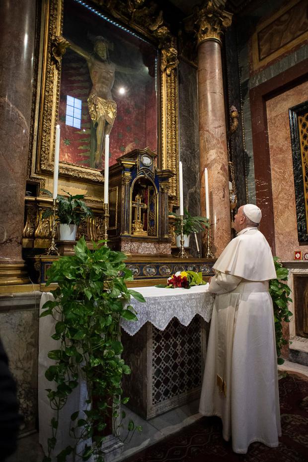 Фото №1 - Папа римский помолился перед крестом, которому римляне молились во время эпидемии чумы в XVI веке