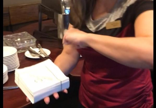 Фото №1 - Лайфхак: как красиво сложить бумажные салфетки (видео)