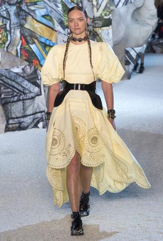 Фото №6 - Как носить баски и широкие пояса (и где искать самые модные)