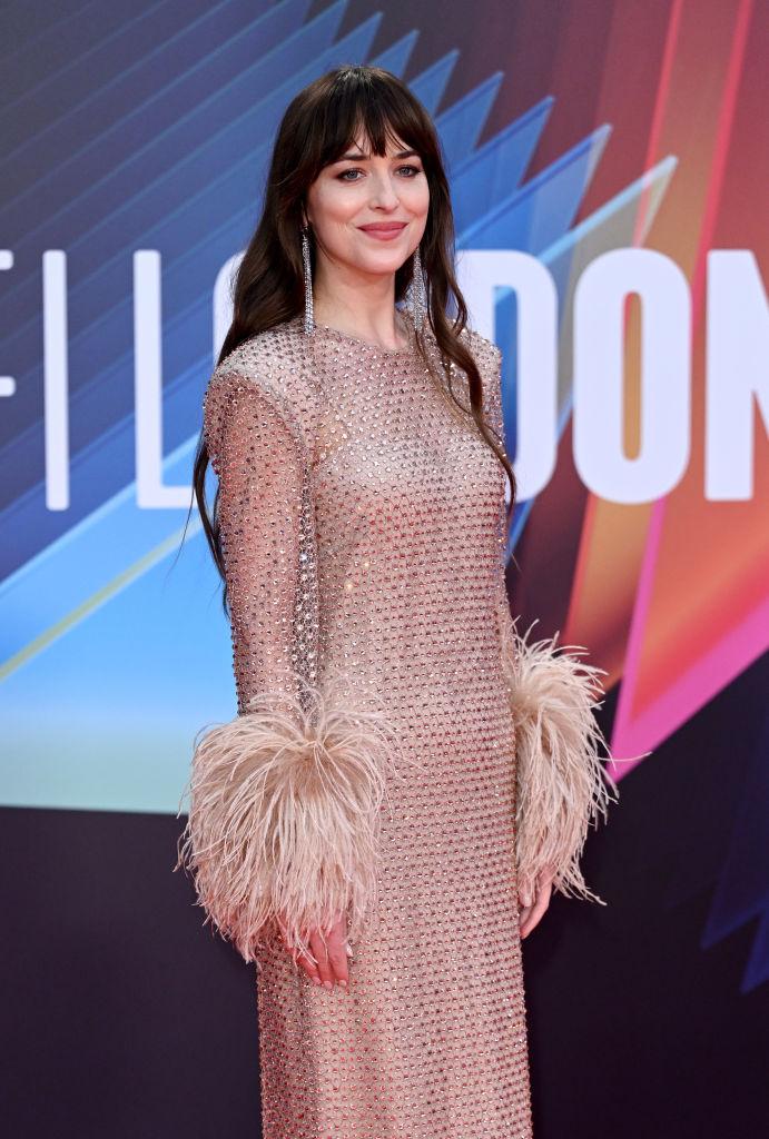 Фото №2 - Абсолютно «голое» платье Дакоты Джонсон с кристаллами и манжетами с перьями