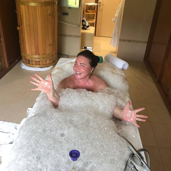 Фото №1 - 69-летняя Надежда Бабкина выложила пикантное фото в ванне