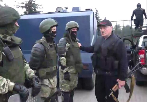 Фото №1 - Лучшие шутки про Лукашенко, летящего на вертолете с автоматом