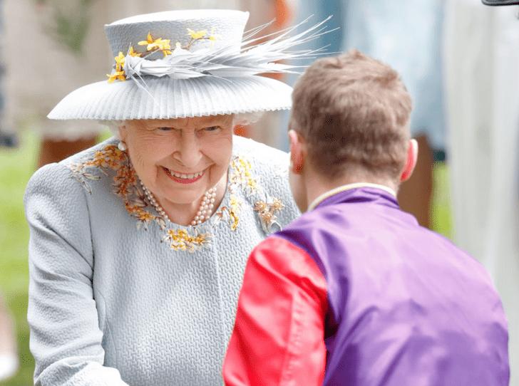 Фото №2 - Всегда на коне: 93-летняя Королева продолжает кататься верхом