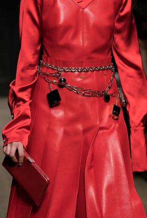 Фото №13 - Как носить крупные цепи: 4 самых модных варианта